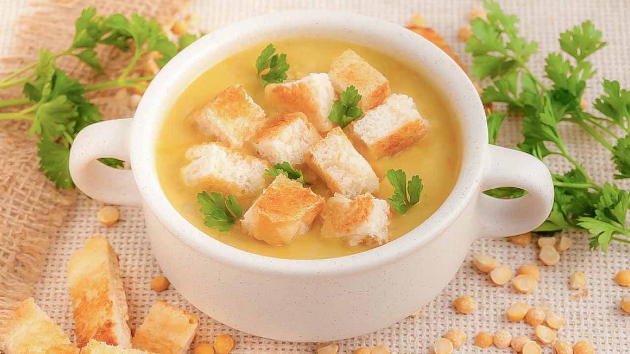 Гороховый суп с копчеными ребрами и сухариками