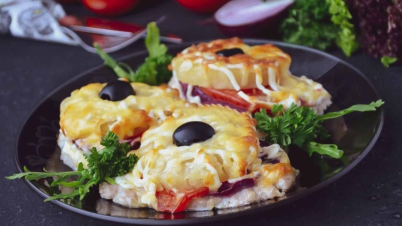 Свинина с ананасами и помидорами под сыром