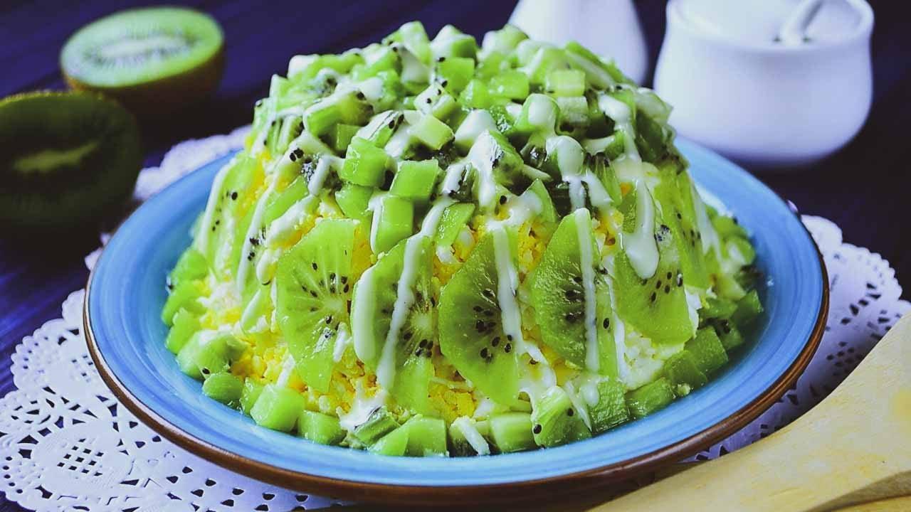 Салат из курицы с киви и помидорами