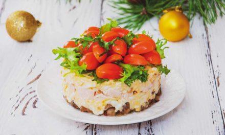 Салат с жареными шампиньонами и копченой курицей